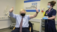 """بريطانيا تعلن تطعيم نصف سكانها البالغين.. احتجاجات في فرنسا وألمانيا ضد الإغلاق والهواجس تتجدد من """"أسترازينيكا"""""""