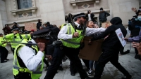 بريطانيا… صدامات عنيفة في بريستول أثناء احتجاجات على مشروع قانون يقيّد التظاهر