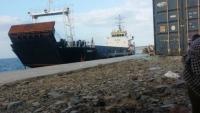 سفينة إماراتية مجهولة الحمولة تصل ميناء سقطرى