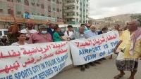 محتجون غاضبون بحضرموت ينددون بتدهور الأوضاع المعيشية ويطالبون بفتح مطار الريان