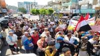 لوحت بتصعيد فعالياتها.. مظاهرة غاضبة في تعز تنديدا بالفساد وحصار الحوثيين للمدينة