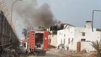 الحوثيون يستهدفون مصانع إخوان ثابت ومقتل أحد العاملين فيه
