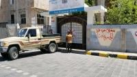 جنود من الجيش الوطني يغلقون المكاتب الإدارية في تعز للمطالبة بصرف مستحقاتهم