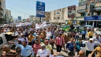متظاهرون ينصبون الخيام أمام مبنى محافظة تعز للمطالبة بإقالة الفاسدين