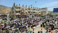 طالبوا برحيل الفاسدين ومحاسبتهم.. المئات يؤدون صلاة الجمعة أمام مبنى محافظة تعز