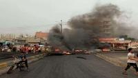 تجدد الاحتجاجات الليلية الغاضبة في عدن تنديدا بانهيار العملة